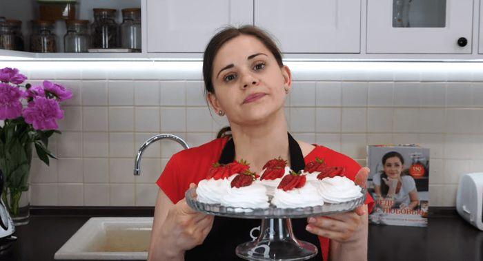 Творожное пирожное с клубникой готово